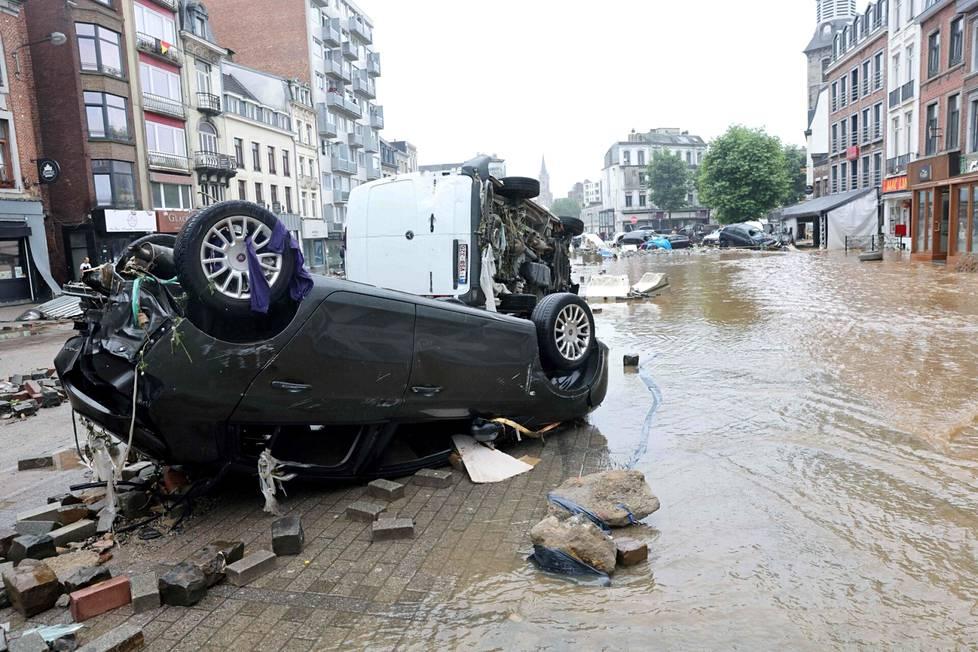 Tulvaveden vaurioittamia autoja Belgian Verviersissä 15. heinäkuuta.