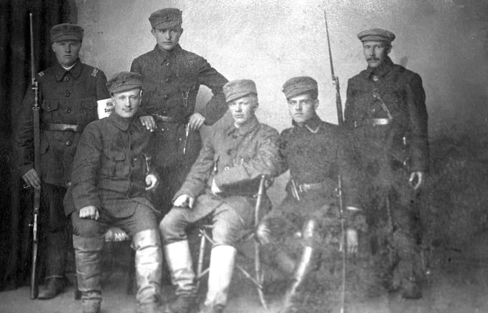 Joonas Korolainen (3. vas.) ryhmäkuvassa suojeluskuntalaisten kanssa. Kuvan päiväys tuntematon.
