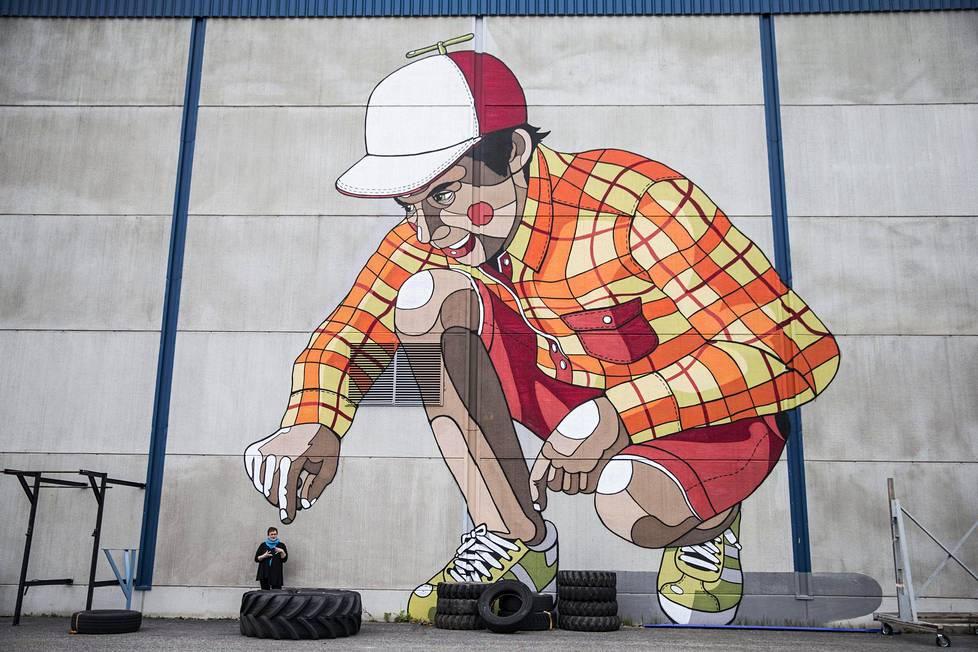 Paperitehtaan uudempaa osuutta koristavat väliaikaiset seinämaalaukset. Projektipäällikkö Anu Hakala kertoo, että vaikka ne puretaan, teoksille saatetaan keksiä jatkossakin käyttöä.