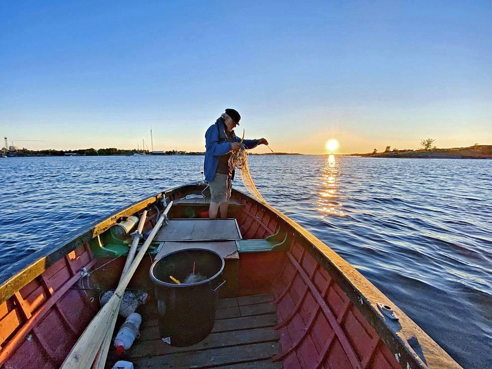 Utöläisen Bossen kanssa kalastamassa.