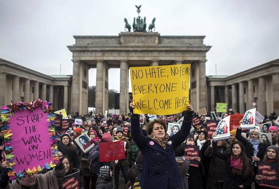 Ihmiset protestoivat Saksan Berliinissä, Brandenburgin portilla.