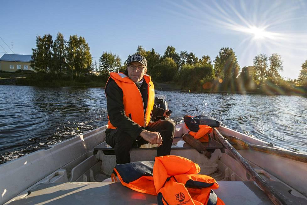 Jari Jussila palaa kokopäivätoimiseksi poromieheksi ja maanviljelijäksi, kun koululaisten venekuljetukset loppuvat.