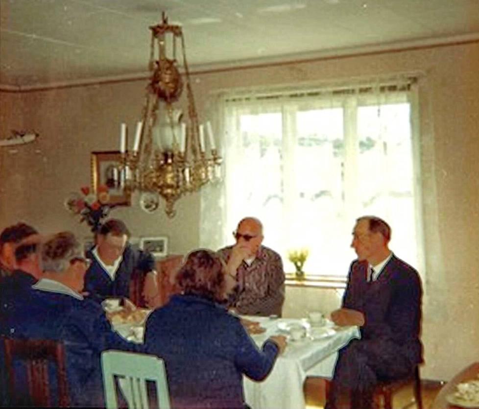 Kekkosta kahvitetaan Österskärin kalastajakylässä 1960-luvulla.
