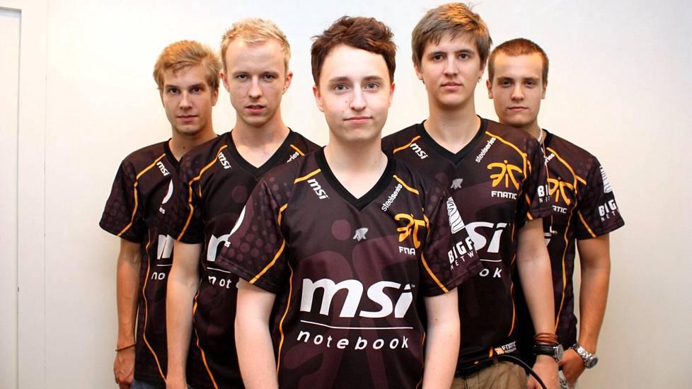Fnaticin joukkue vuonna 2010. Keskellä Alesund, vasemmassa reunassa pitkäaikainen joukkuetoveri Lindberg.