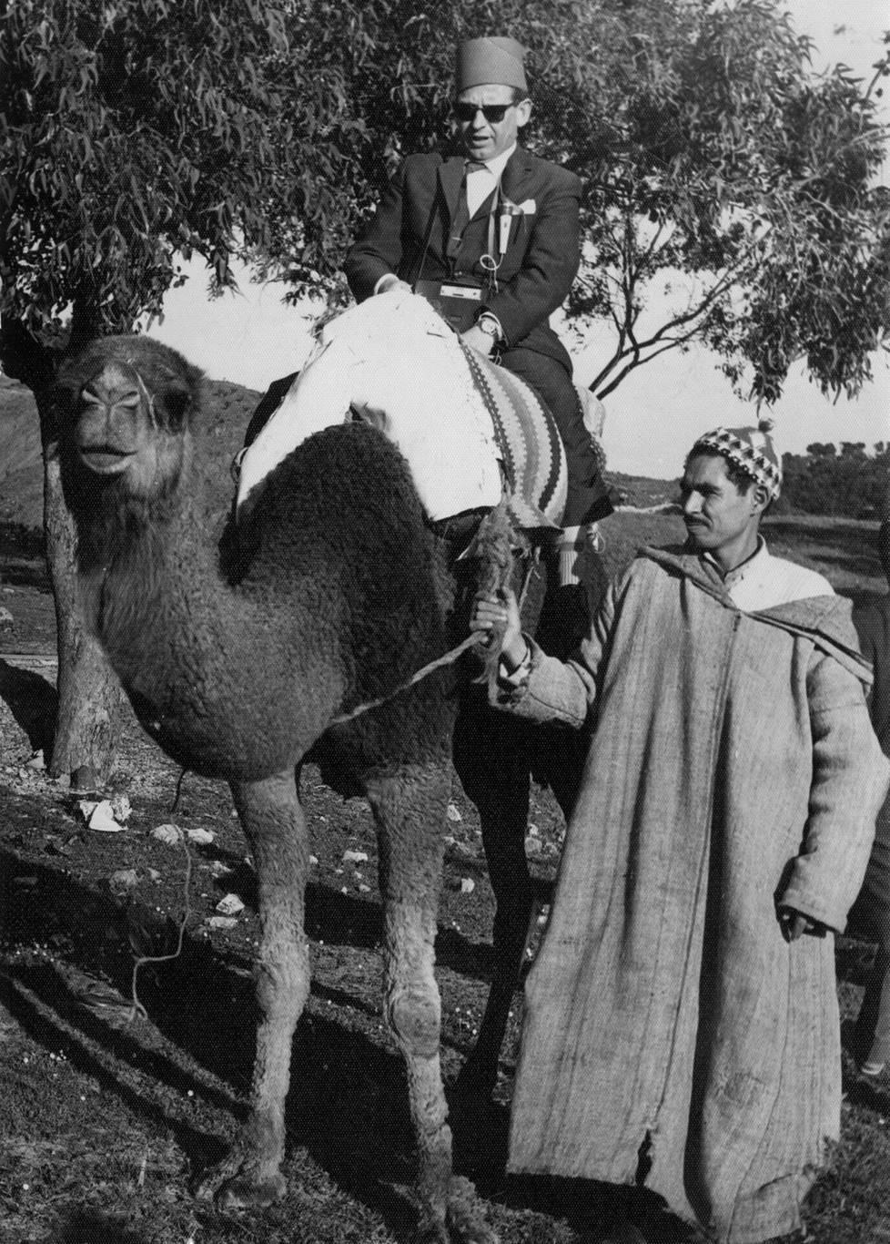 """""""Kameli on kumma otus, oikkuileva, äkkipikainen ja vähän hölmö. Erämaan asukkaille välttämätön ihmekone"""", Esko kirjoitti matkapäiväkirjaan. Kuva Tunisiasta myöhemmältä matkalta."""