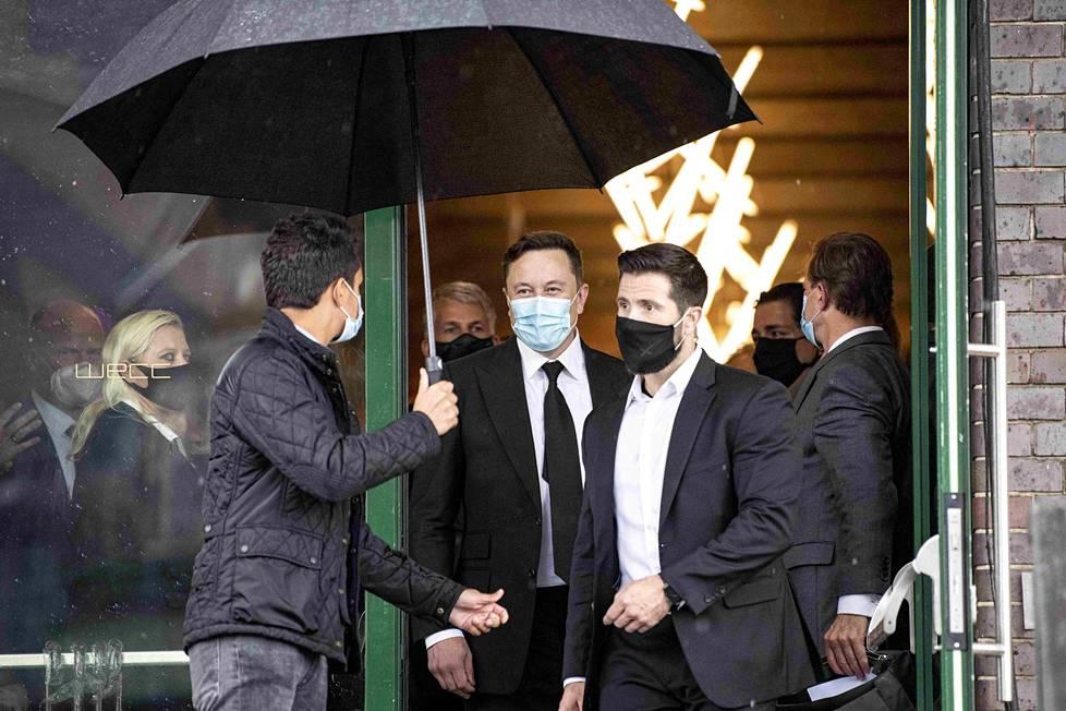 """Muskin kerrotaan valittaneen, että viruksen vuoksi tehdyt rajaustoimet ovat """"fasistisia"""". Kuvassa Musk poistuu Berliinissä syyskuussa CDU/CSU-puolueen kokouksesta, jossa esitteli teknologiaa koronarokotekehittelyyn."""