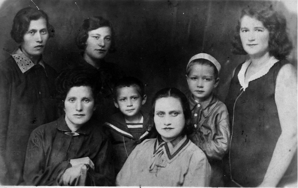 Kuvassa oikealla Khisa Vaseljuk. Lapset kuvassa ovat hänen poikansa Roman ja tämän serkku Boris. He saattavat olla teloituskuvan uhrit. Kuva on otettu hiukan ennen saksalaisten hyökkäystä.
