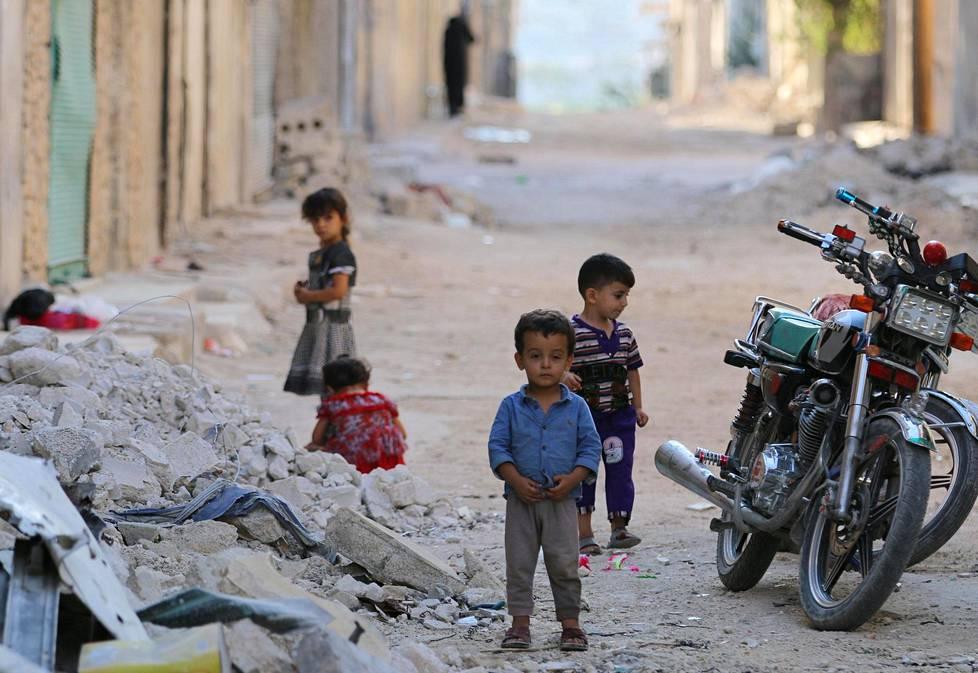 Lapset leikkivät kaikesta huolimatta kaduilla.