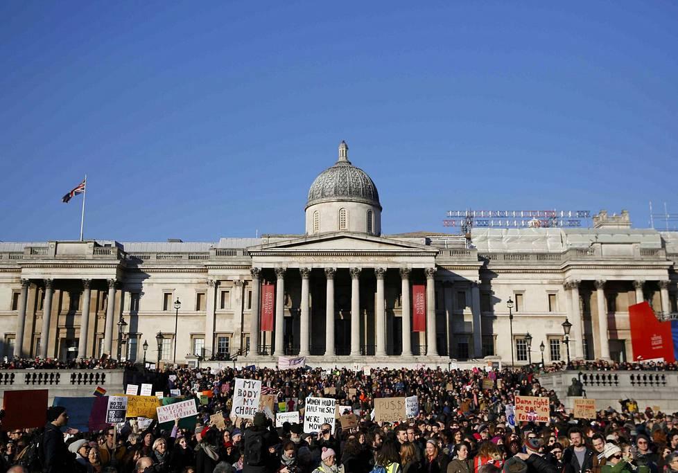 Lontoossa mielenosoittajat kokoontuivat Trafalgar Squarelle.