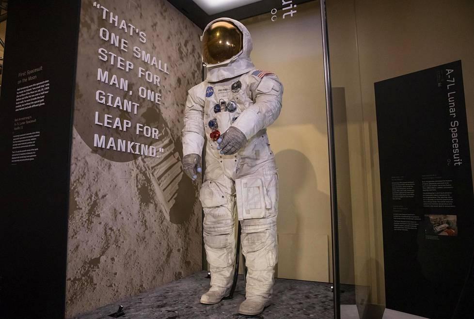 Neil Armstrongin puku palautettiin tiistaina yleisön nähtäville pitkän kunnostustyön päätteeksi.