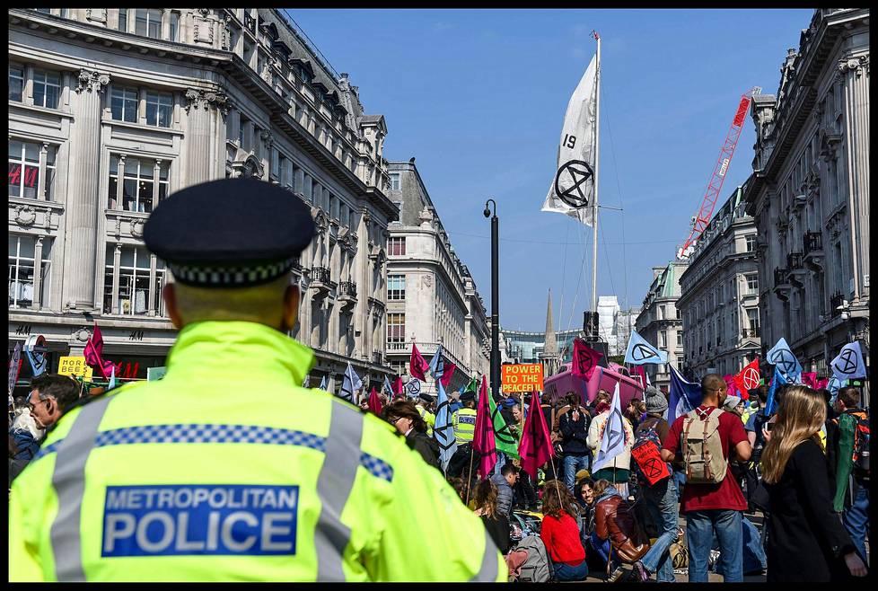Poliisin läsnäolo oli mielenosoituksessa tiedostusvälineiden mukaan vähäistä. Poliisi oli kehottanut kaupunkilaisia varaamaan ylimääräistä aikaa paikasta toiseen liikkumista varten.