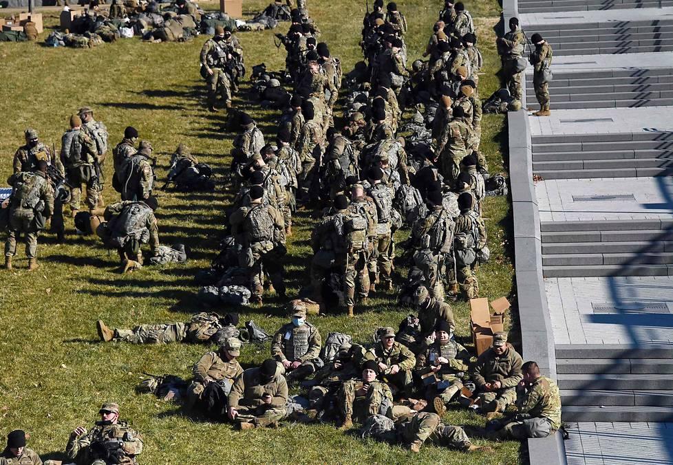 Virkaanastujaisia Washingtonissa turvasi noin 25000 kansalliskaartin sotilasta seurauksena siitä, kun mielenosoittajat valtasivat kongressin tammikuun 6. päivä.