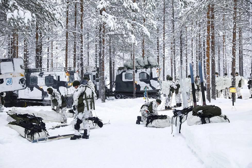 Hiihtäminen on haastavaa ulkomaisille sotilaille, joilla on entuudestaan hyvin vaihtelevat valmiudet.