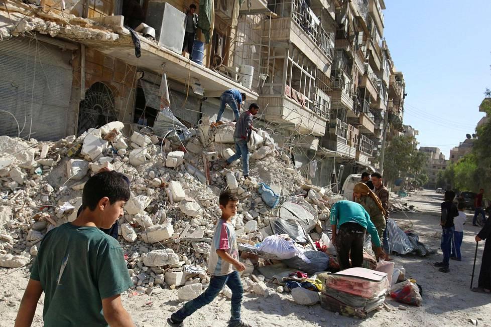 Nuoret tutkivat ilmaiskun tuhon jälkiä taas 17. lokakuuta al-Qaterjin lähiössä Aleppossa.