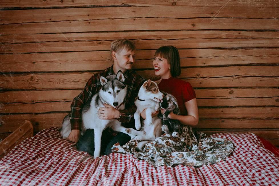 Milla ja Markku Vahtila ehtivät saada palavasta talosta turvaan rakkaat lemmikkinsä.