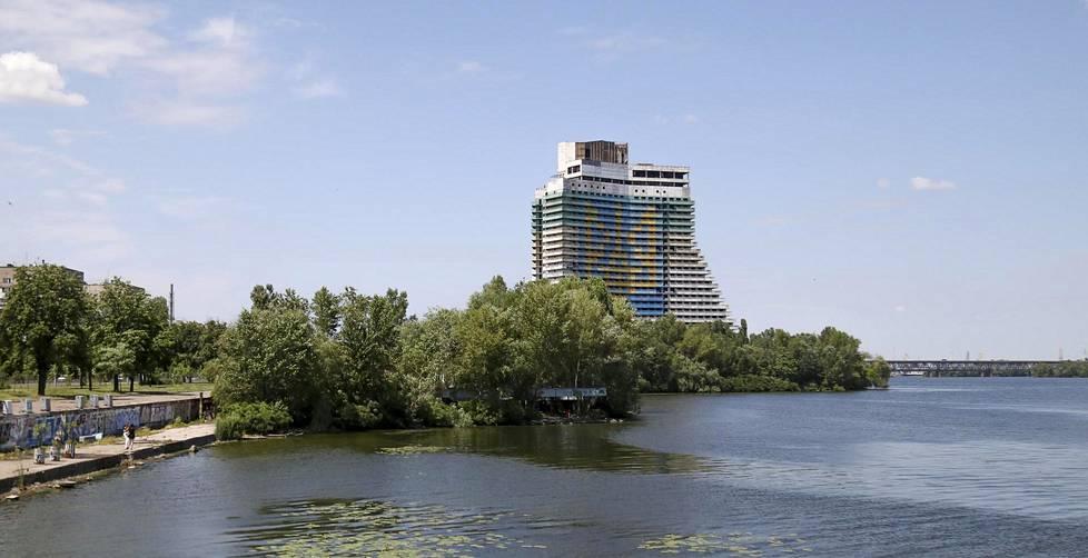 Ukrainan vaakuna koristaa hylätyn hotellin seinää Dniprossa.