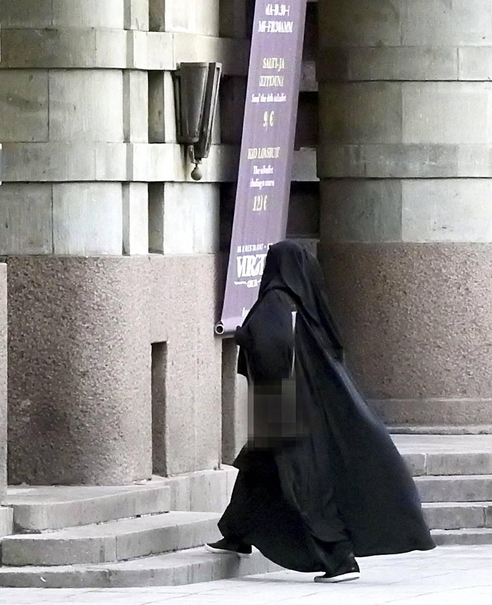 """""""Fatima"""" (yllä) oli yksi keskeisistä hahmoista Suomen radikaalimuslimien piirissä. Hän houkutteli suomalaisia naisia lähtemään Isisin maille."""