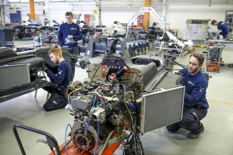 Opiskelijat Miko Vellinki ja Ville Viitanen sekä opettaja Pasi Kahelin puuhaamassa F4-auton parissa.