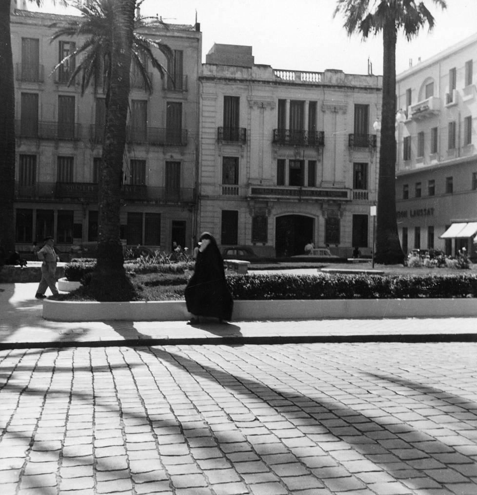 Hunnutettu nainen kadulla Algeriassa 50-luvulla.