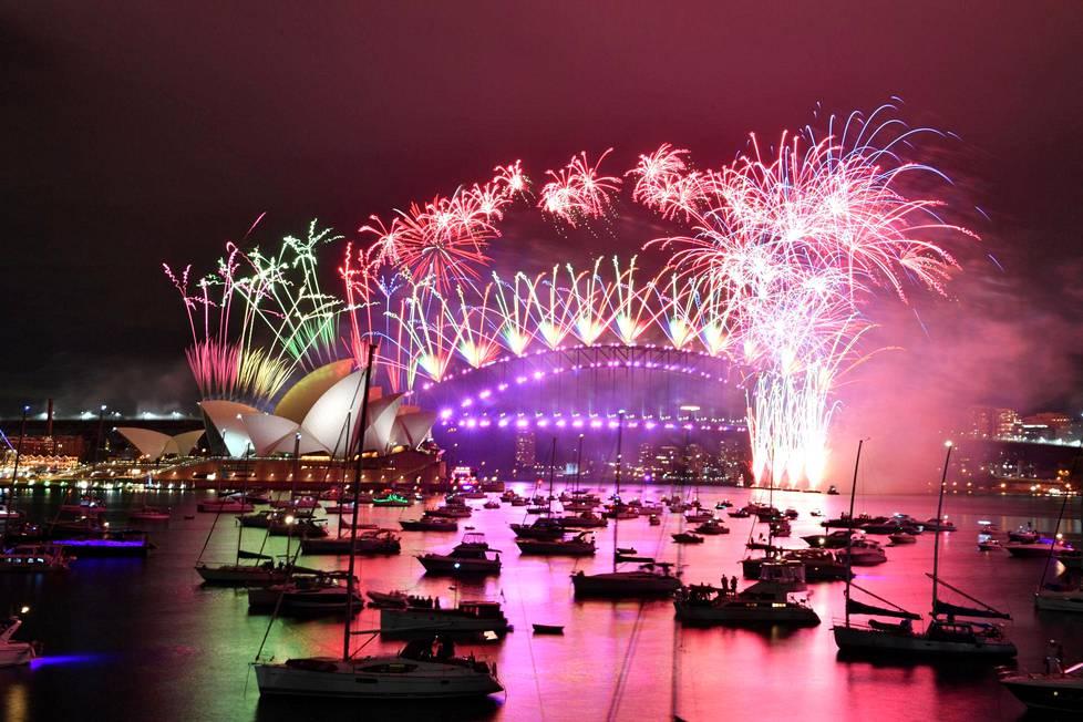 Tältä näytti ilotulitus Sydneyn upealla satama-alueella, vasemmalla näkyy oopperatalo.