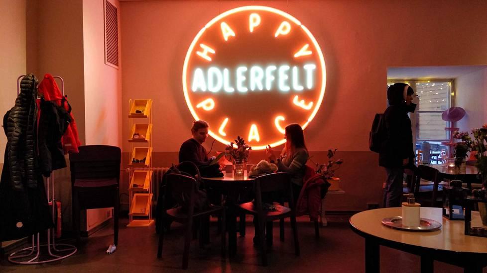 Lounaalle voi piipahtaa vaikka trendikkään fiinissä Adlerfeldtissä.