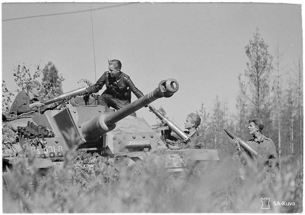 StuG-rynnäkkötykkien pääase oli 75-millimetrin panssarikanuuna. Tehokas tykki kykeni läpäisemään neuvostopanssarit edestäpäinkin.