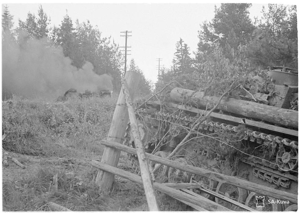 StuG-rynnäkkötykki ja sen tuhoama venäläinen hyökkäysvaunu. Viipurin pohjoispuoli 2.7.1944.