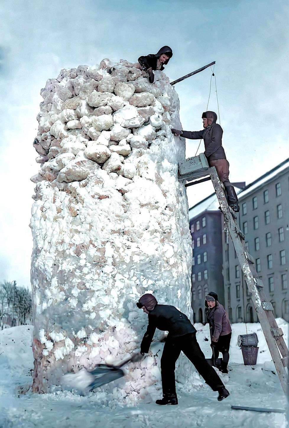 Uskomaton lumilinna on loppusilausta vaille valmis. Kuva ajoittuu 1920- tai 30-luvulle. On todennäköistä, että huolettomat rakennusmiehet joutuivat sotarintamalle aikuisiksi vartuttuaan.