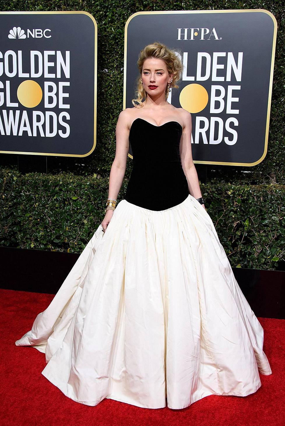 Amber Heardin asu oli mustavalkoinen. Musta ja valkoinen olivat suosittu väriyhdistelmä gaalassa.