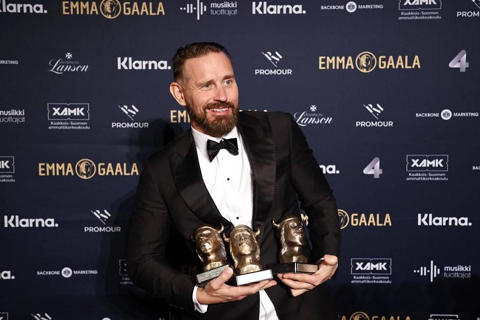 Tähkän voittokulku on jatkunut myös soolouralla. Tänä vuonna järjestetyssä Emma-gaalassa artisti pokkasi jälleen palkinnot Vuoden miessolisti ja Vuoden iskelmä -kategorioissa sekä Vuoden kotimainen artisti -yleisöäänestyksessä.