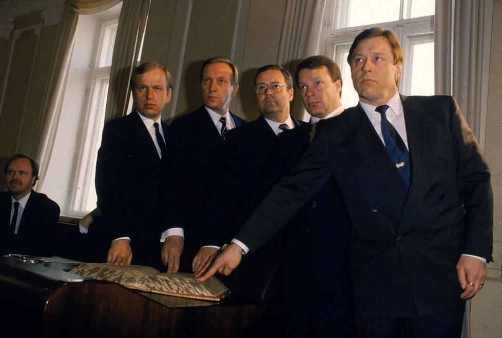 Sormet raamatulla. Uran huippuhetki oli ministerin vakanssi 1987.