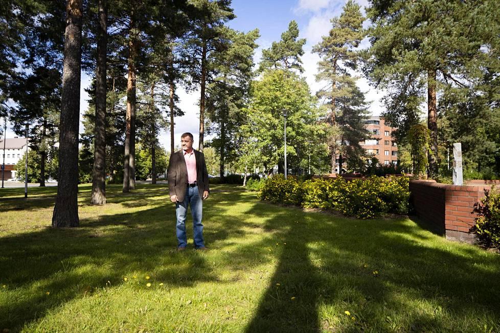 Rikoskomisario Kimmo Heinonen puistossa, josta Helena löydettiin murhattuna.