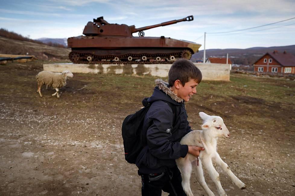 Muisto elää.  20 vuotta Kosovon sodasta. Tuhottu Serbian armeijan tankki on nostettu muistomerkiksi kosovolaisessa Fushtigan kylässä lähellä paikkaa, jossa vuonna 1999 surmattiin jopa 400 albaania. Tänä viikonloppuna tulee kuluneeksi 20 vuotta siitä, kun sotilasliitto Nato aloitti ilmaiskut serbijoukkoja vastaan kansanmurhan estämiseksi.