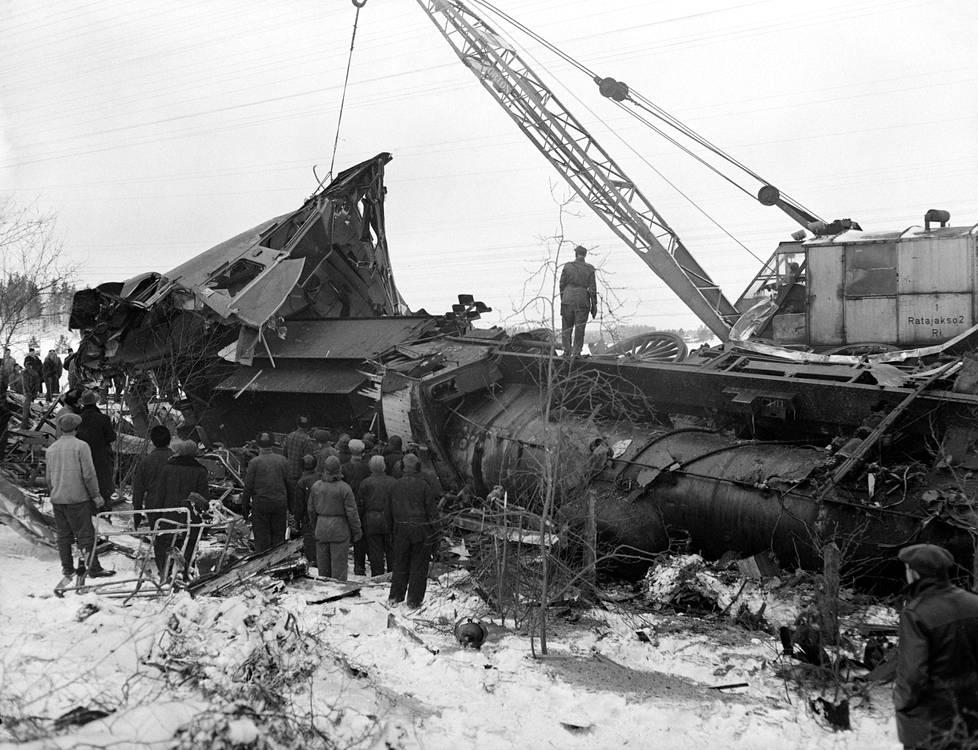 Ukko-Pekka suistui törmäyksessä radalta kyljelleen murskautuneiden vaunujen keskelle.