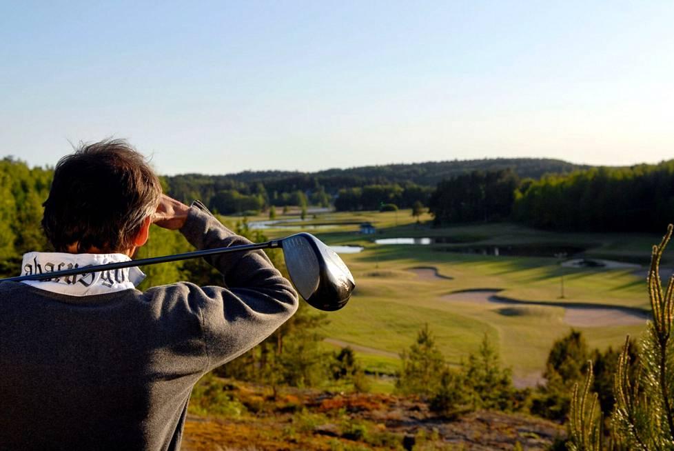 Ahvenanmaan kaksi tasokasta golfklubia sijaitsee keskellä kaunista saaristoluontoa. Kausi jatkuu pitkälle syksyyn.