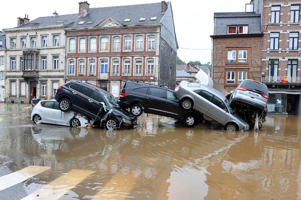 Tulvan kasaamia autoja liikenneympyrässä Verviersin kaupungissa Belgiassa.