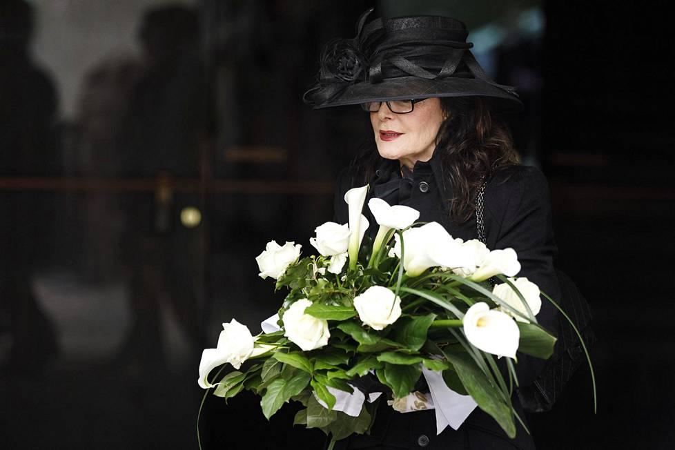 Kaarina Kivilahti jätti menehtyneelle miehelleen jäähyväiset Temppeliaukion kirkossa.