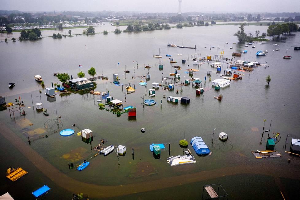 Kokonainen leirintäalue on peittynyt vedellä Roermondissa Alankomaissa.