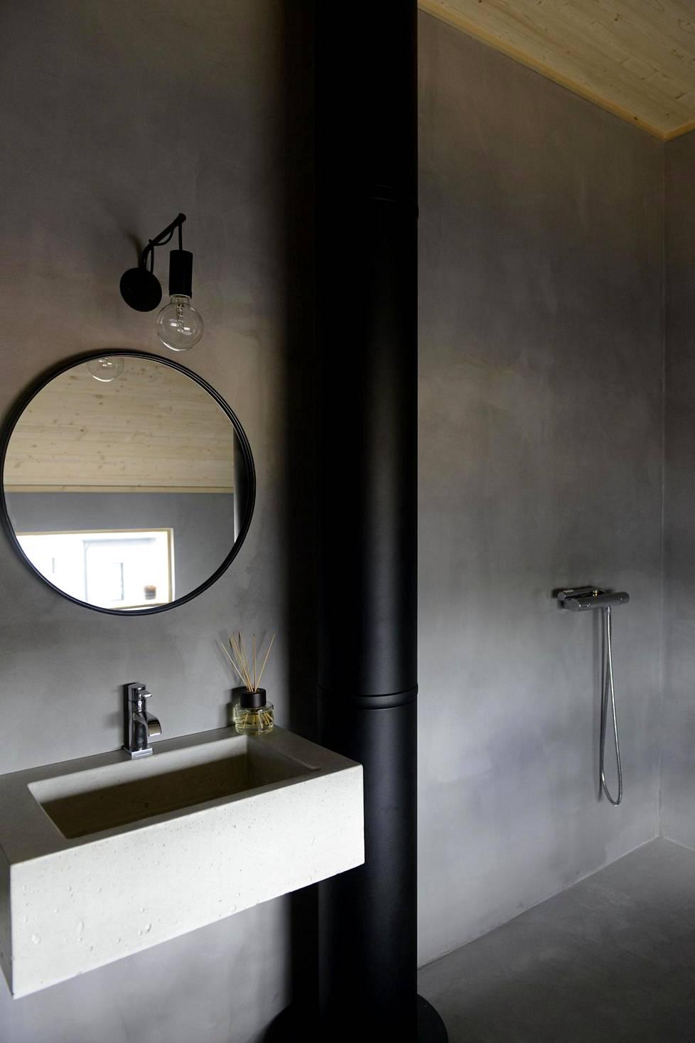 Kylpyhuoneissa huomio kiinnittyy betoniin (kohde: Honka Ink).