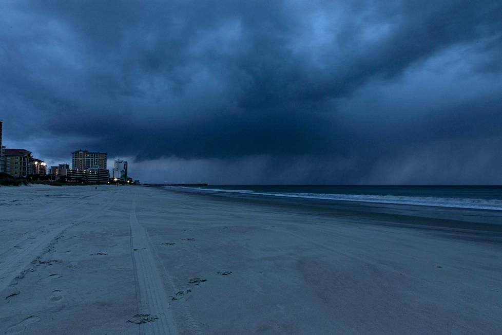 Taivaalta sataa vettä Myrtle Beachin alueella Etelä-Carolinassa.