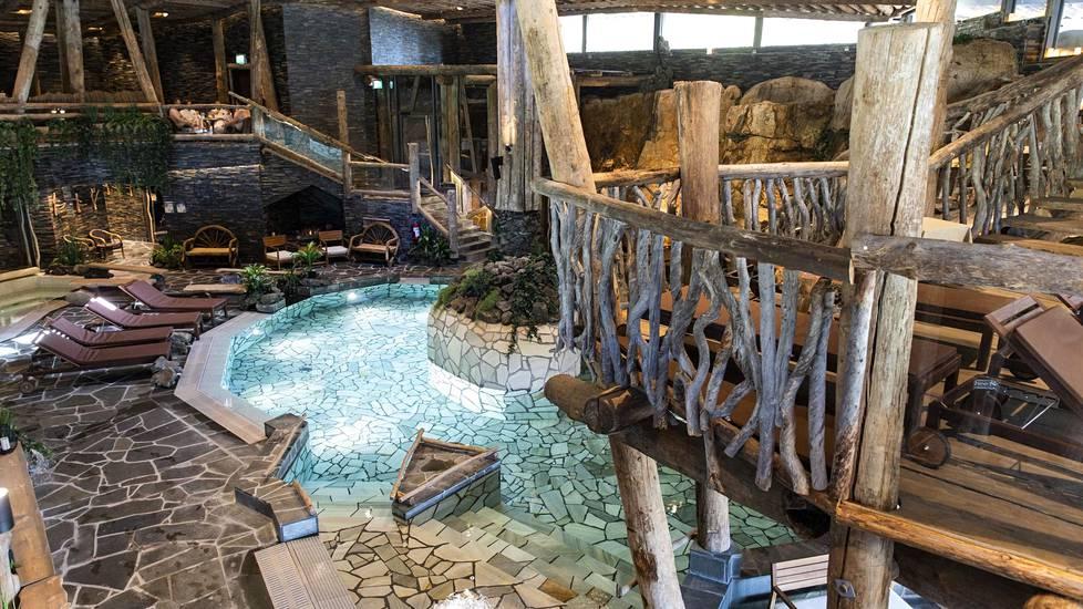 Maa- ja aurinkolämmöllä lämpenevän kylpylän rakennusmateriaaleina on käytetty liuskekiviä ja 500 vuotta vanhoja uppotukkeja.