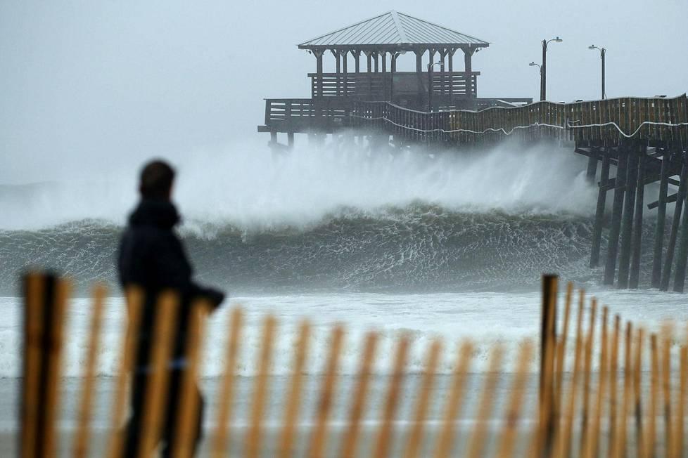 Aallot iskevät laituriin Atlantic Beachilla, Pohjois-Carolinassa.