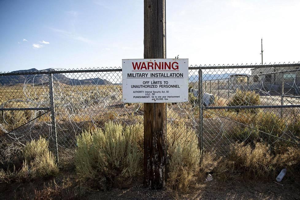 Varoituskyltti sotilasalueen rajalla.