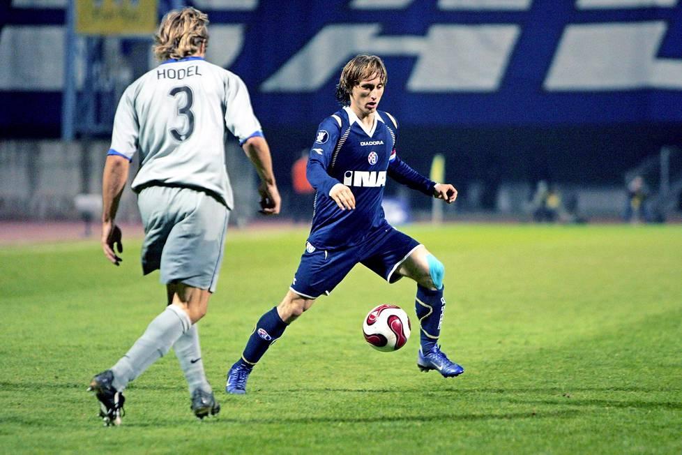 Dinamo Zagrebissa pienikokoinen Modric sai totutella erittäin fyysiseen peliin.