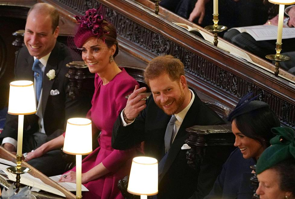 Häissä nähtiin myös harvinainen julkinen hellyydenosoitus, kun herttuatar Catherine piti kättä hellästi prinssi Williamin reidellä.