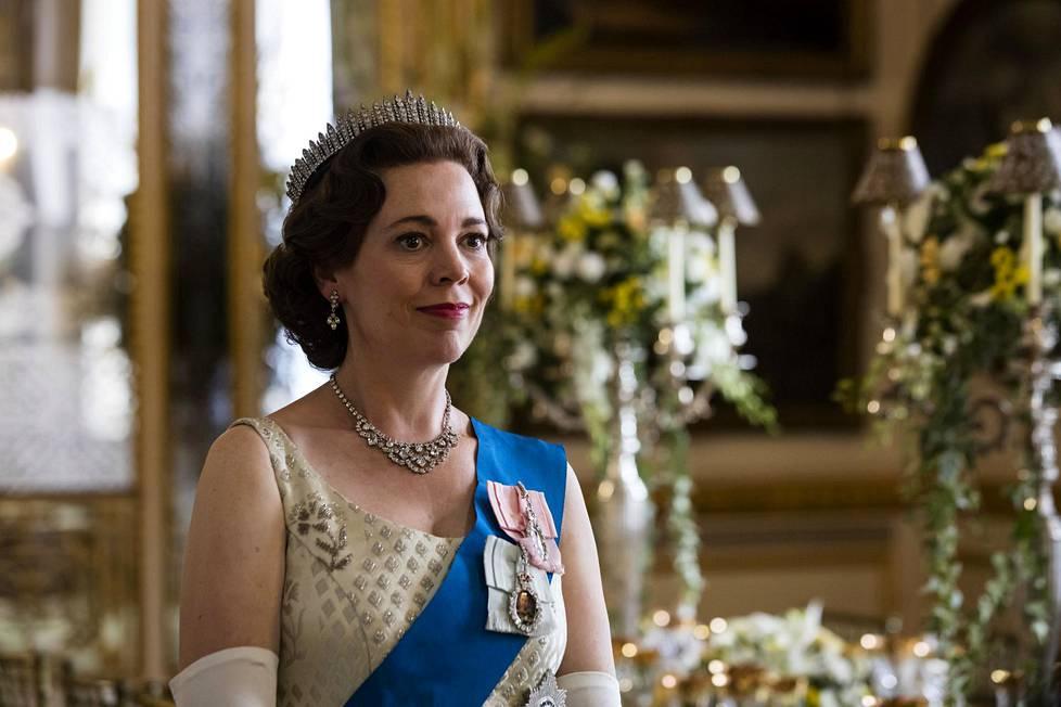 The Crown -sarjan kolmannella ja neljännellä kaudella kuningatarta on näytellyt Olivia Colman, joka on Claire Foyta kymmenen vuotta vanhempi.