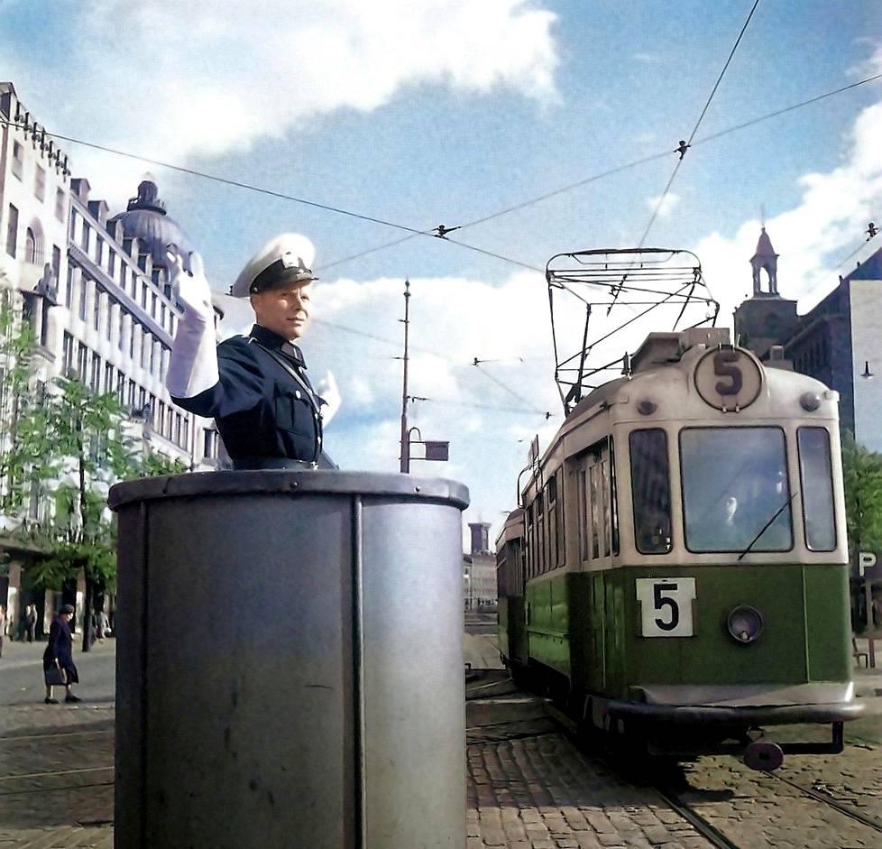 Liikennepoliisi Mannerheimintiellä Helsingissä vuonna 1951.