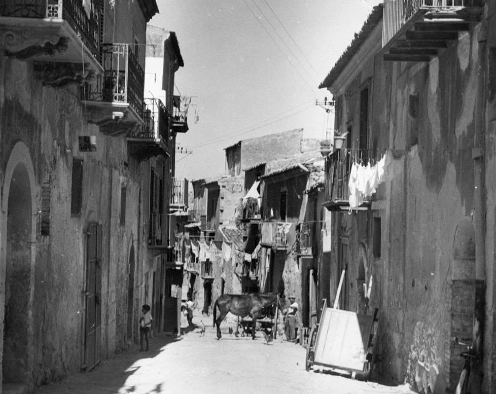 Paluumatkan ensimmäinen etappi Euroopassa oli Sisilia. Katumaisema oli ankea vielä 50-luvun puolivälissä.