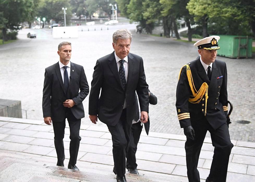 Tasavallan presidentti Sauli Niinistö saapui Turun Tuomiokirkkoon puukotusten uhrien vuoksi järjestettyyn rukoushetkeen.