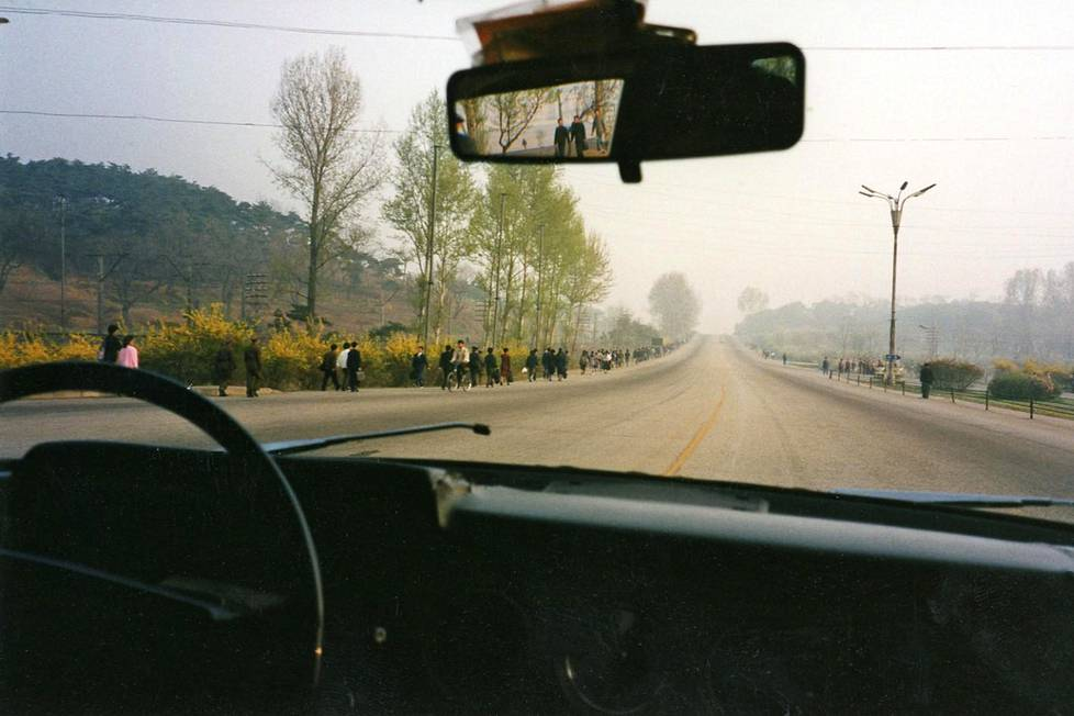 Pohjois-Koreassa maaseudun tiet ammottivat lähes tyhjinä.